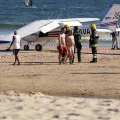 Из-за аварийной посадки самолета на пляже в Португалии погибли два человека (фото)