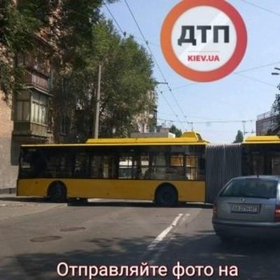 В Киеве троллейбус на полной скорости врезался в стену жилого дома (фото)