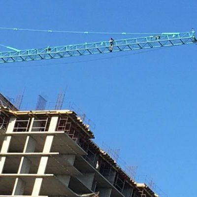 В России строители залезли на кран, потребовав выплату зарплаты