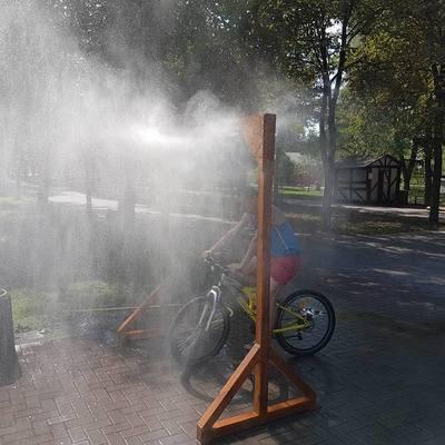 В киевском в парке установили «душ» для спасения от жары
