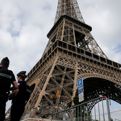 В Париже пациент психбольницы пытался совершить атаку на Эйфелевой башне