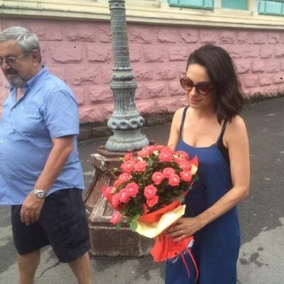 Голливудская пара Мила Кунис и Эштон Катчер прилетели в Черновцы, на родину Милы (фото)