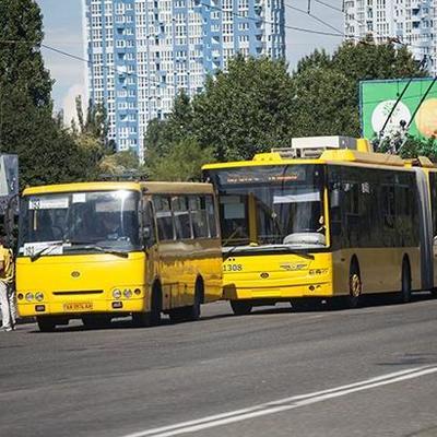 В Киеве водитель маршрутки не справился с управлением и врезался в троллейбус