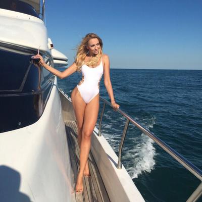 Вот это ноги: Оля Полякова показала свою стройную маму в купальнике (фото)