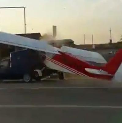 Экстремальная посадка: в Чечне самолет протаранил автомобиль (видео)