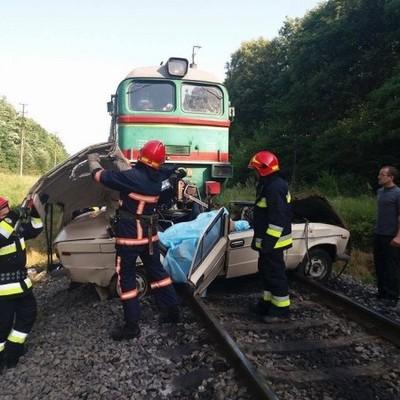 Под Галичем поезд на переезде разбил машину. Погибли 2 взрослых и 2 детей (фото)