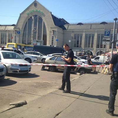 В Киеве на ж/д вокзале неизвестные открыли стрельбу, трое ранены (фото)