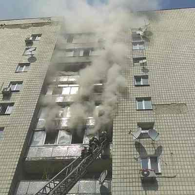 В Шевченковском районе Киева горит многоэтажка (фото, видео)