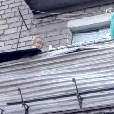 В Мариуполе на парапете балкона сидела 2-летняя девочка и звала маму (видео)