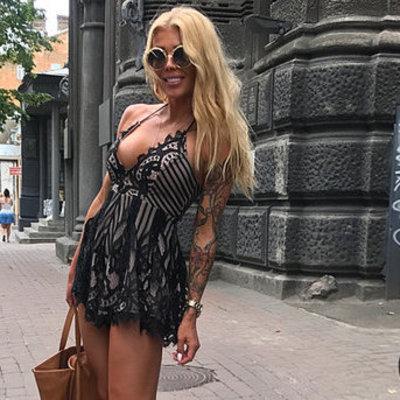 Телеведущая вышла в свет в прозрачном платье без белья (фото)