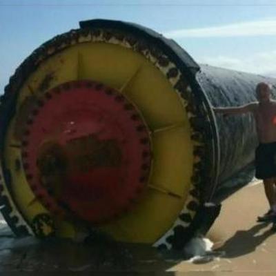 Море выбросило на берег гигантские чёрные трубы (фото)