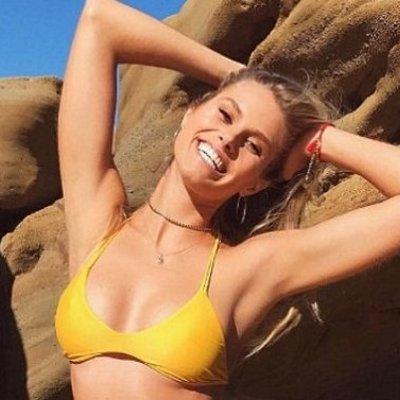 Бикини-модель Натали Розер заметили в золотом платье (фото)