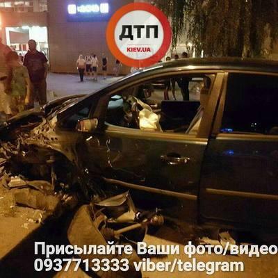Пьяный водитель в Киеве разбил авто, а потом вырвался из полицейского «Приуса» и побежал дворами