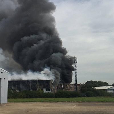 Дым столбом: в Лондоне прогремел взрыв рядом с аэропортом