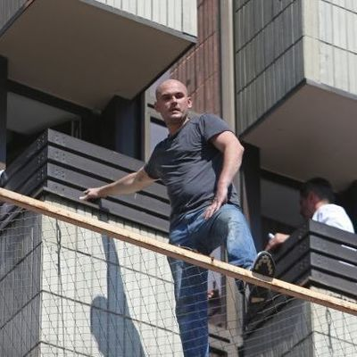 Курит и смотрит вниз: на Крещатике мужчина угрожал всем, что прыгнет с 3-го этажа
