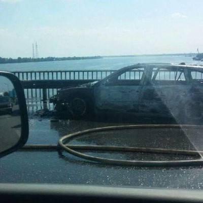 В Киеве на мосту загорелась машина, спасатели по дороге застряли в заторе