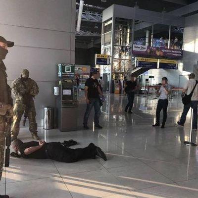 В аэропорту «Харьков» полицейские взятки прятали в канализации