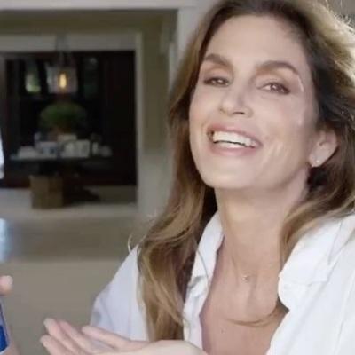 Синди Кроуфорд спустя 25 лет повторила самую сексуальную рекламу Pepsi (видео)