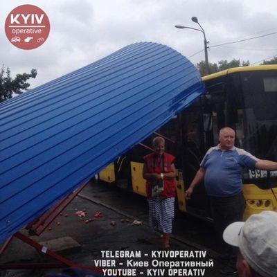 В Киеве автобус врезался в остановку с людьми (фото)