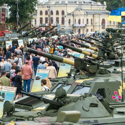 В центр Киева пригнали танки и ракетные установки (фото)
