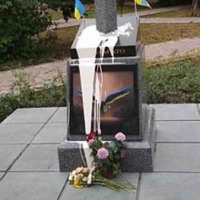 Памятник воинам АТО в Киеве облили краской и пытались взорвать