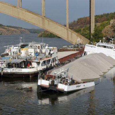 В Запорожье возле острова Хортица вторые сутки тонет грузовое судно
