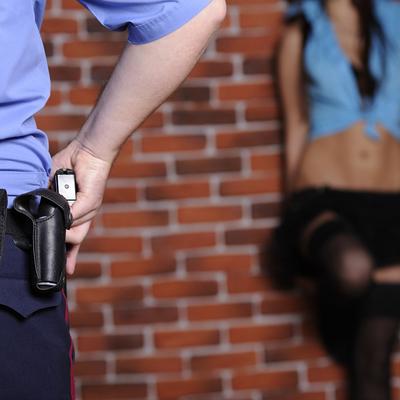 В Москве женщина-коп занимается проституцией