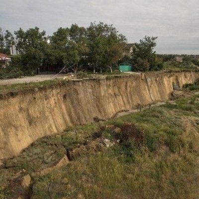 Масштабный оползень под Одессой смыл в пропасть столбы и дорогу (фото, видео)