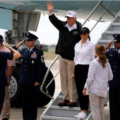 В стильном образе Мелания Трамп прибыла в Техас (фото)