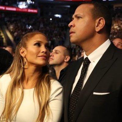 Дженнифер Лопес пришла на боксерский матч в соблазнительном платье за 580 евро