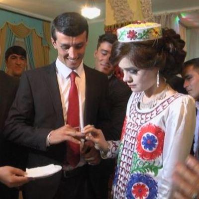 Президент Таджикистана подарил учителю свадьбу и невесту за стих (фото, видео)