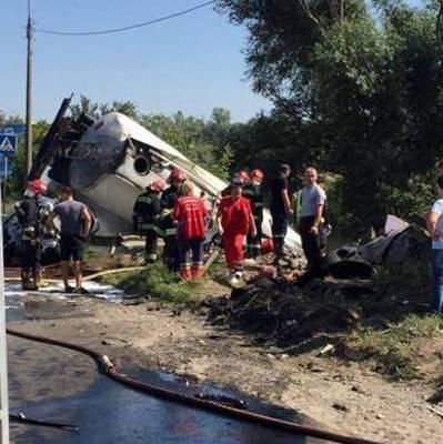 В Тернополе перевернулся бензовоз и повредил 6 автомобилей, есть погибшие (фото)