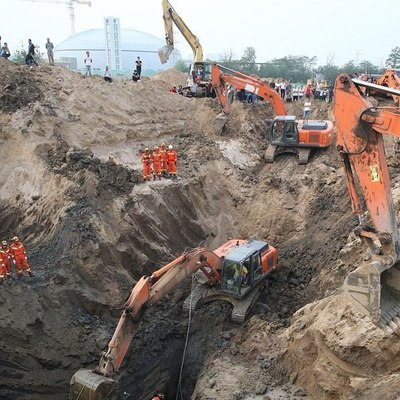 В Китае более 10 экскаваторов спасали ребенка, упавшего в 50-метровую скважину (фото)
