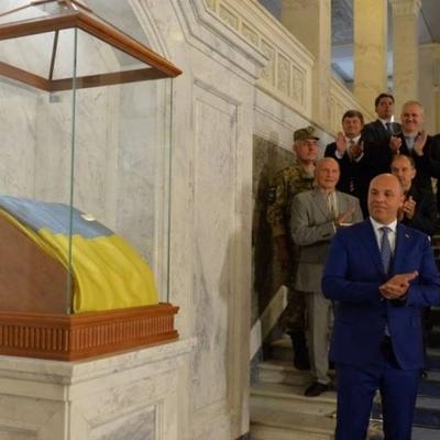 Делают что-то важное: Верховная Рада потратила более миллиона на флаг (фото)