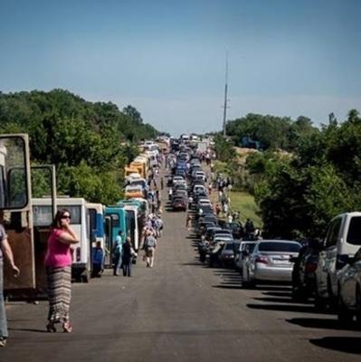«Просто издеваются», - жители Донбасса возмущены новыми огромными очередями на блокпостах «ДНР»