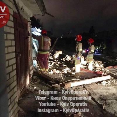 В Киеве рухнули гаражи в кооперативе, раздавив автомобили в хлам
