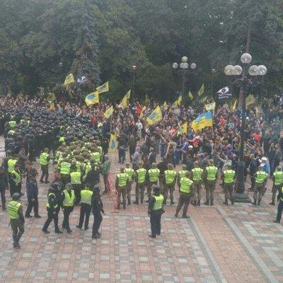 Правоохранители пытались оттеснить митингующих под Радой