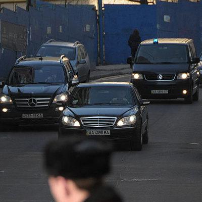 Нардепы вереницей едут на встречу к Порошенко (фото)