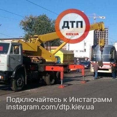 В Киеве трамвай сошел с рельс (фото)