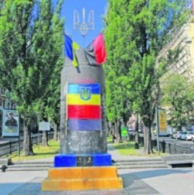 В Киеве бывший памятник Ленину превратили в мемориал бойцов «Правого сектора»