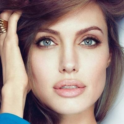Джоли произвела фурор в сногсшибательном костюме от Givenchy на фестивале в Торонто