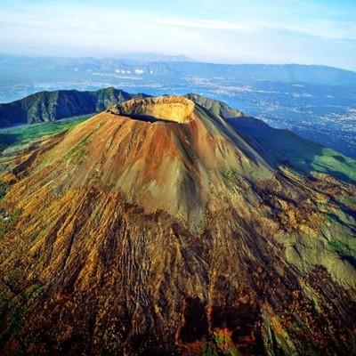 В Италии семья туристов упала в кратер вулкана
