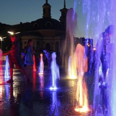Видео дня: из-за вандалов фонтан на Подоле стал «изумрудным»