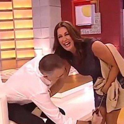 В Испании телеведущий в прямом эфире разрезал платье на своей коллеге (видео)