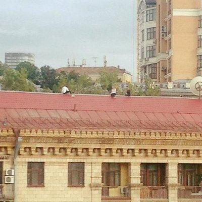В центре Киева беспечные подростки гуляли по крыше дома (фото)