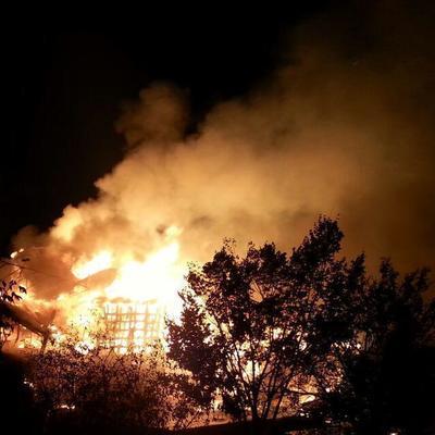 На Русановке ночью дотла сгорел плавучий ресторан (фото)