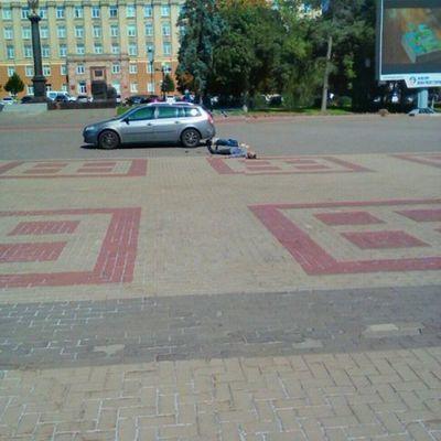 В России мужчина выбросил из машины труп и пытался убить себя (фото)