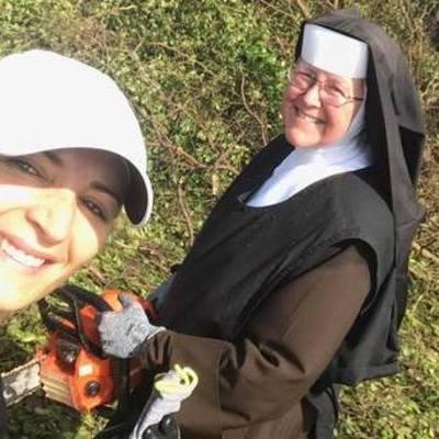 Монахиня с бензопилой взялась за исправление последствий урагана