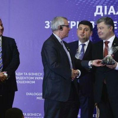 Порошенко и Гройсману вручили по пакетику угля (видео)