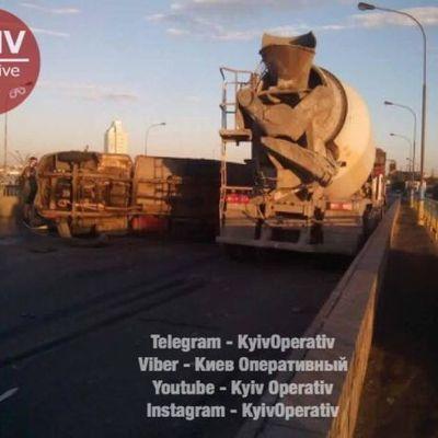 Движение полностью перекрыто: в Киеве на Петровке столкнулись два грузовика (фото)